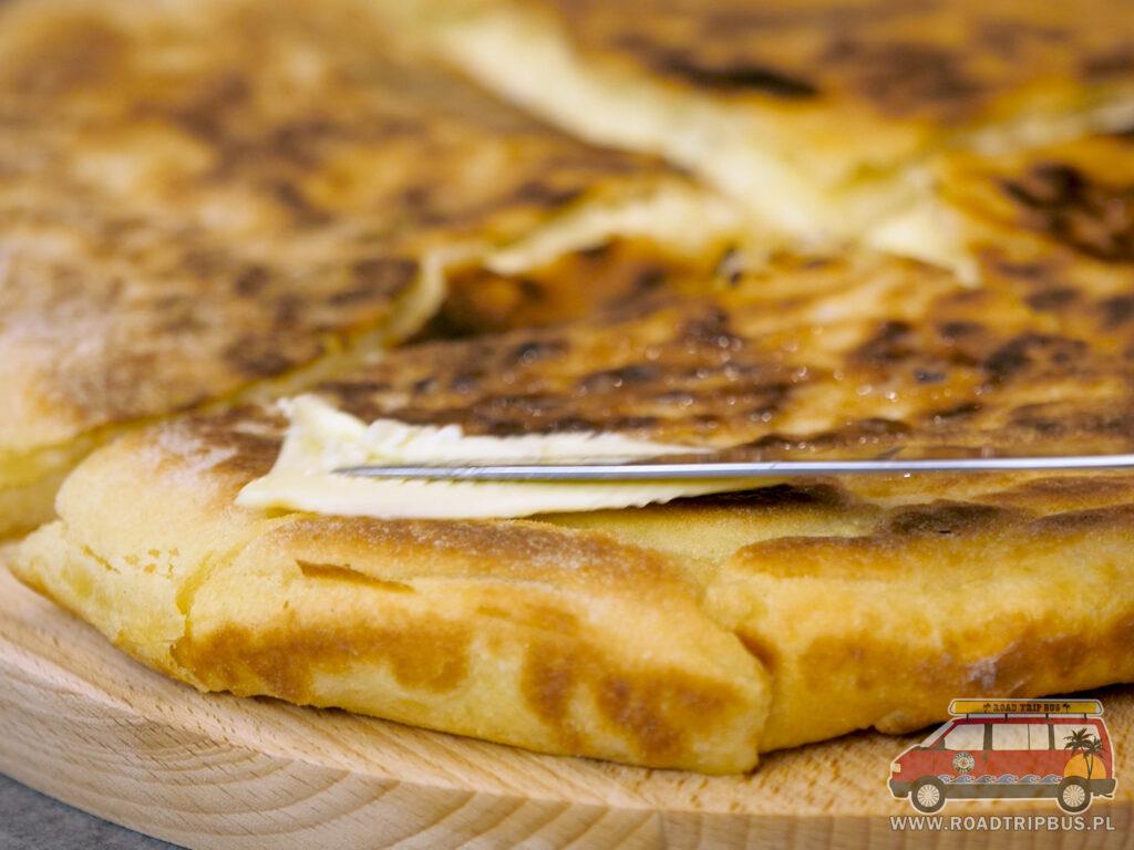 smarowanie chaczapuri imeruli masłem