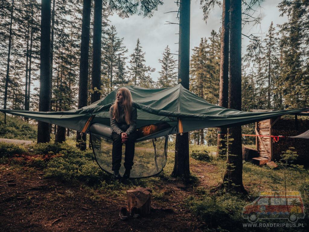 kasia w namiocie na drzewie