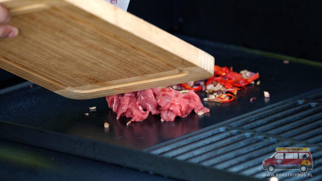 przerzucanie mięsa na grill