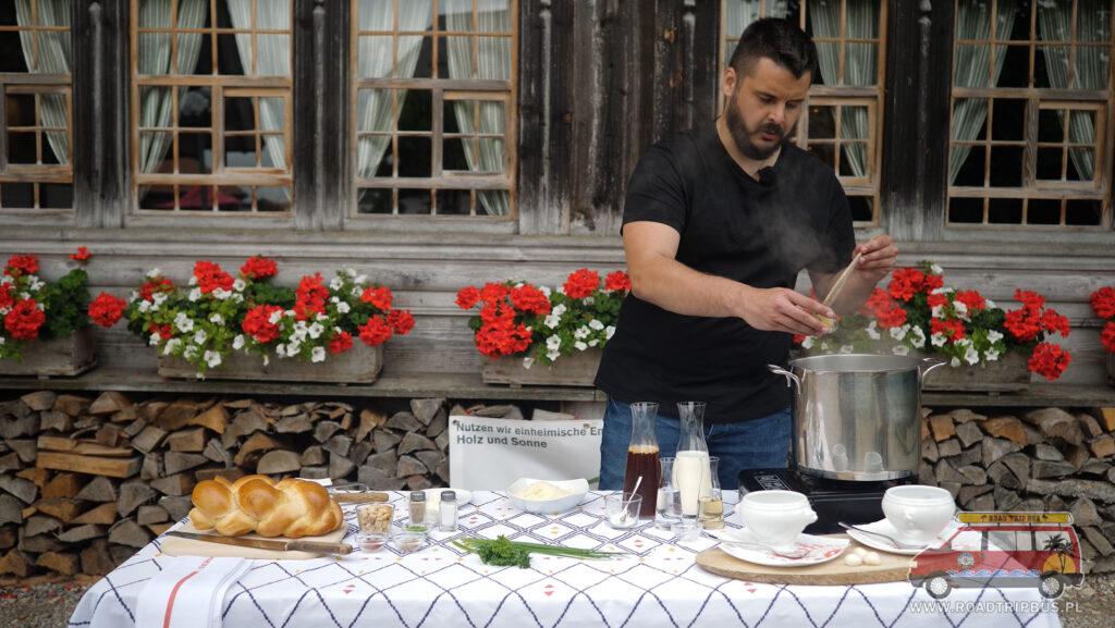 gotowanie zupy serowej