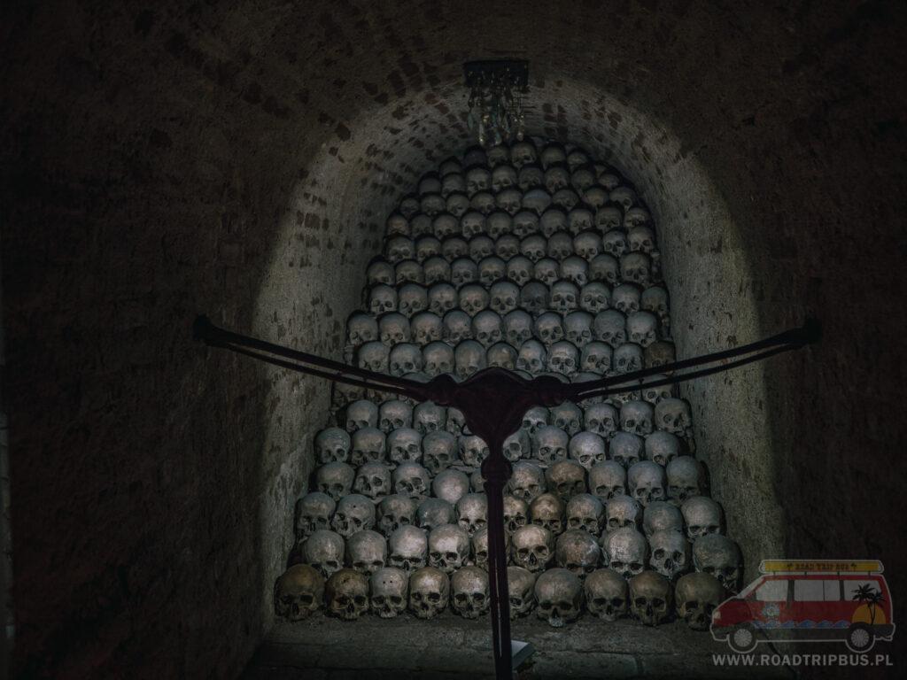 czaszki w katakumbach Brna