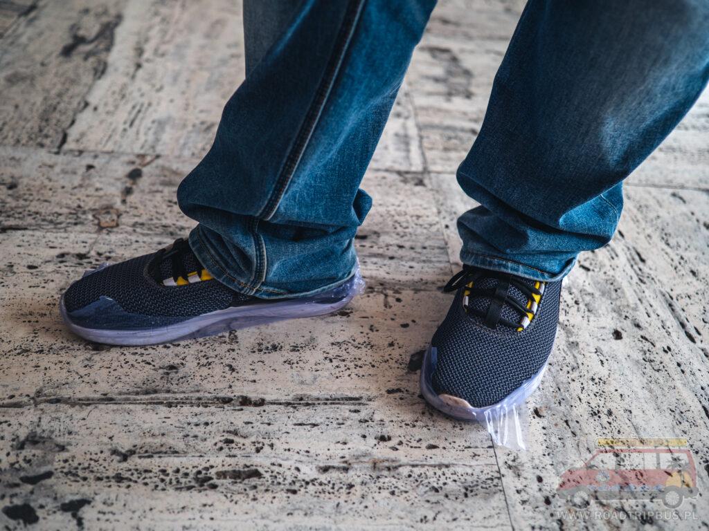 podłoga oraz foliowe osłonki na buty