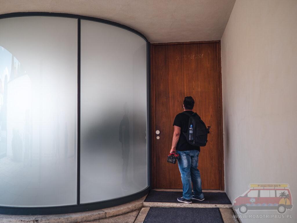 wysokie drzwi w willi tugendhat