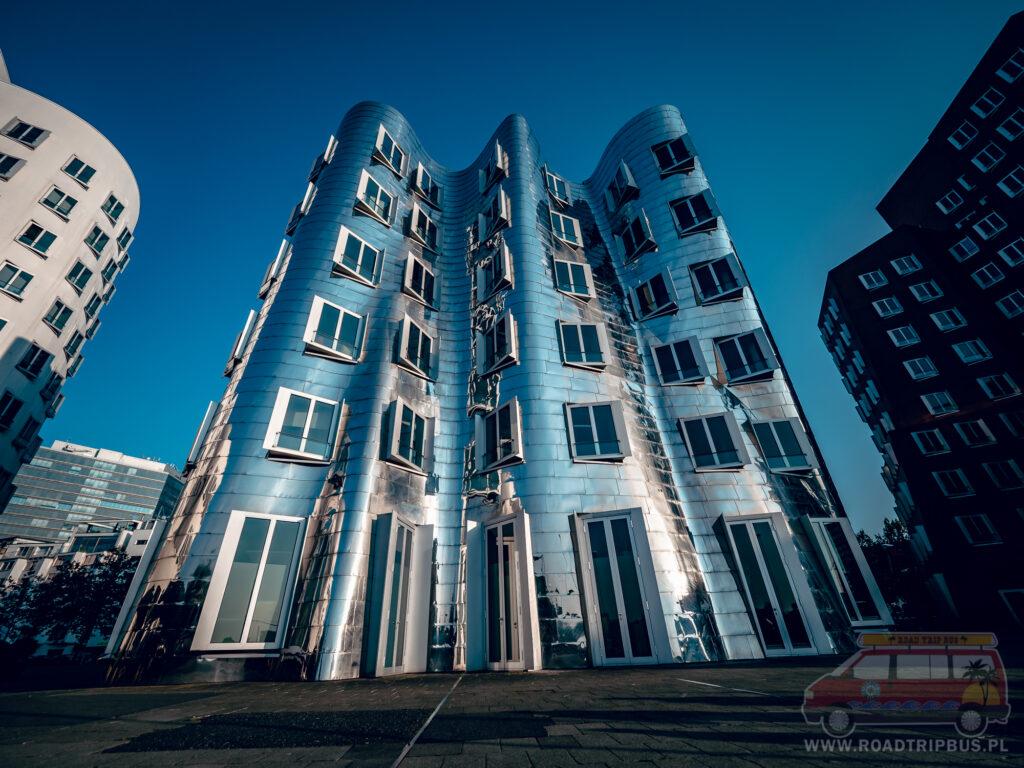 srebrny budynek neuer zollhof
