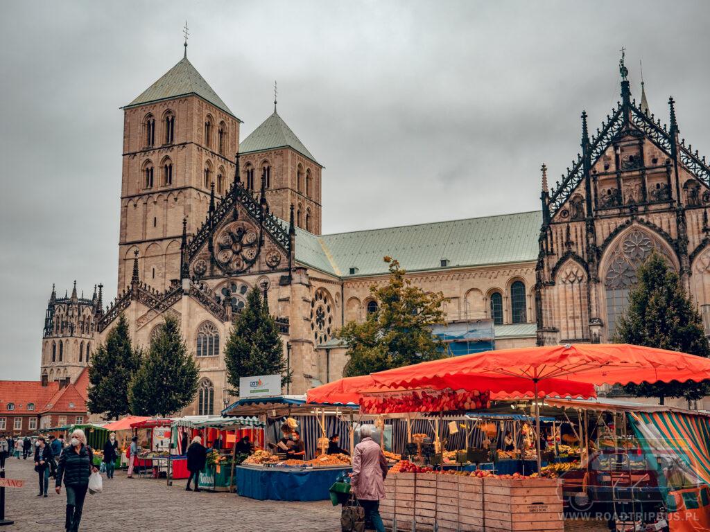 bazar przy katedrze św. Pawła w Munster