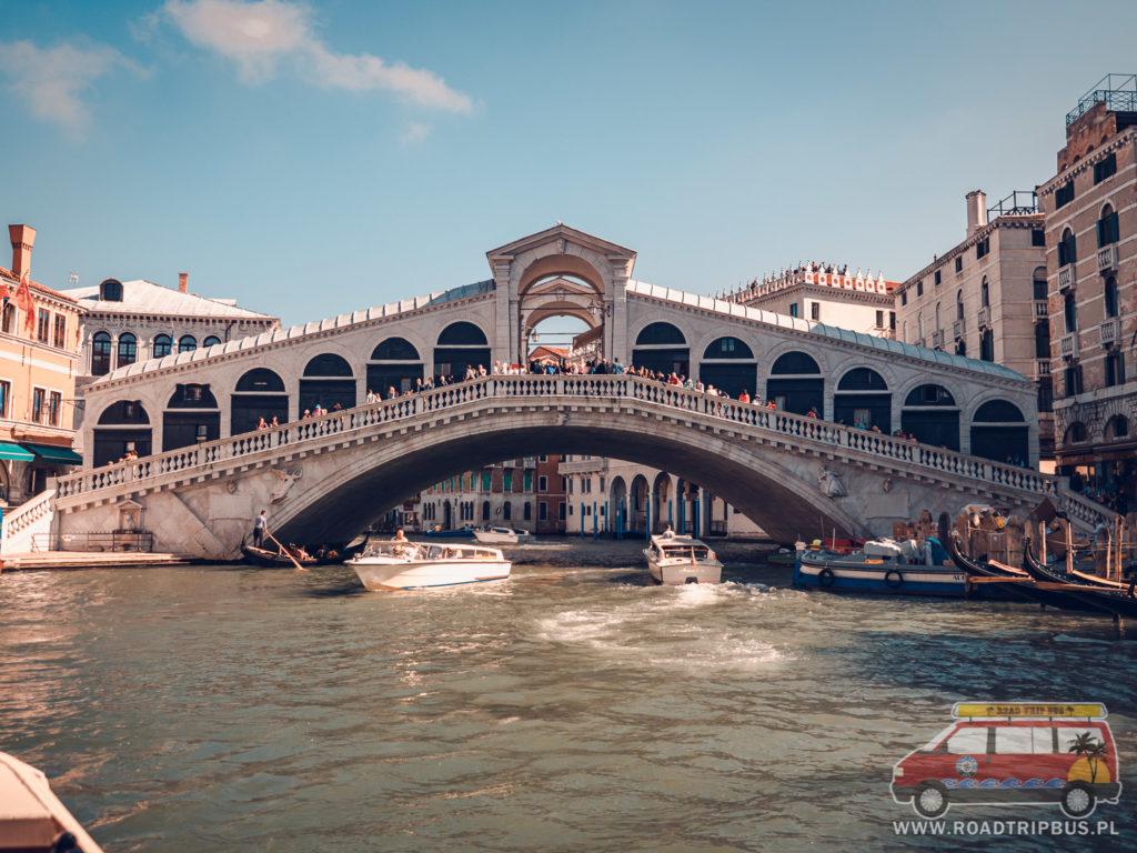 most rialto widziany z poziomu wody